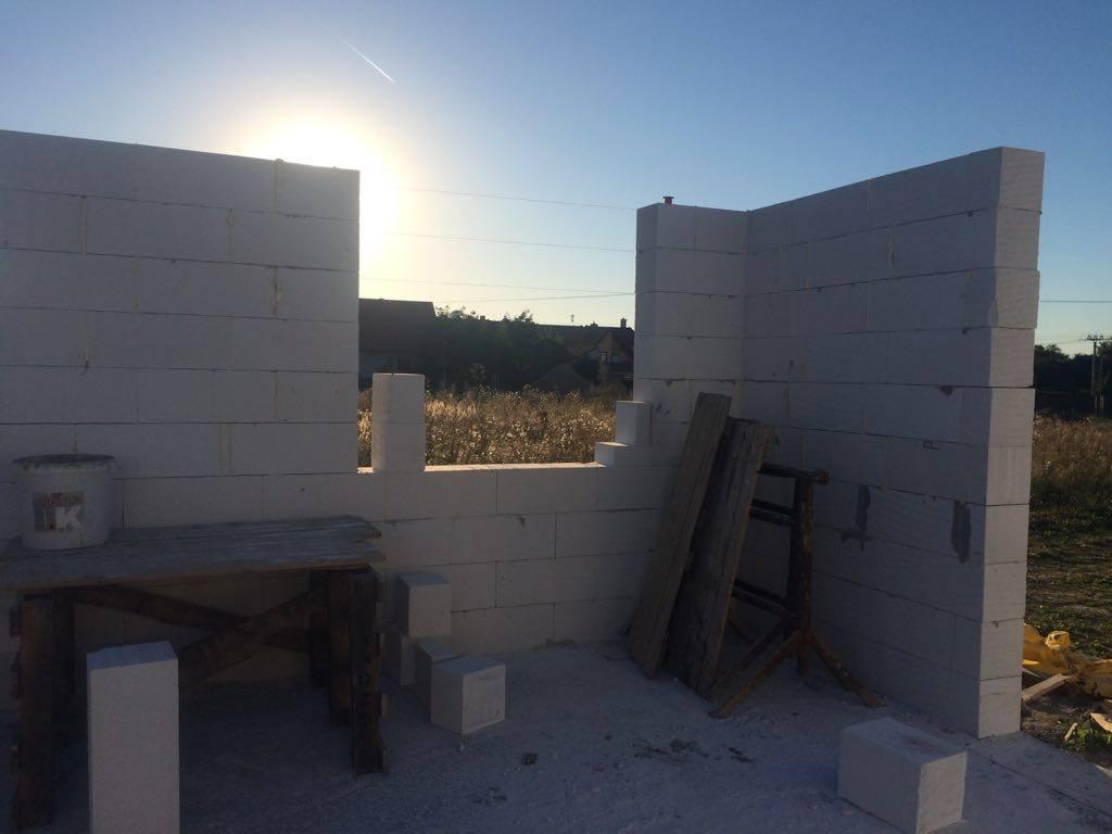 """Stavba domu na kraji Prahy - Obvodové stěny nám rostou do výšky a my zjišťujeme, že ten náš domeček nebude až tak malinký. Máme z toho vážně radost a konečně si ho můžeme """"trošku"""" představit."""