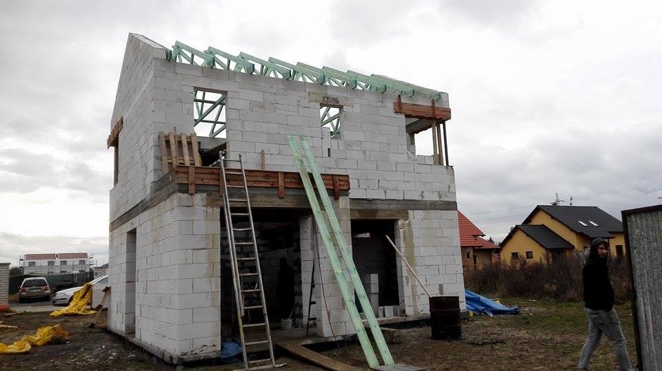 Stavba domu na kraji Prahy - Začíná to dostávat jasný tvar a podobu. Jsme nadšení. V průběhu sice řešíme drobné úpravy, ale neřešíme hlubší problém a to je důležité.