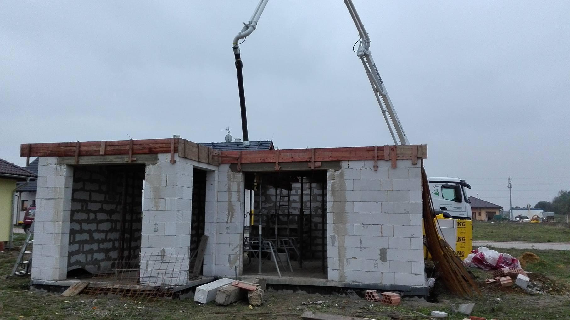 Stavba domu na kraji Prahy - Už to lijí betonem. To bude!
