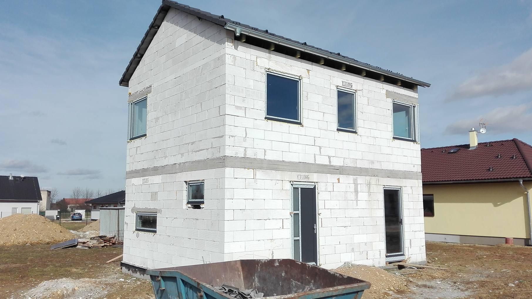 Stavba domu na kraji Prahy - Okna a dveře jsou na místě a my máme konečně přehled o tom, jak to skoro bude vypadat.