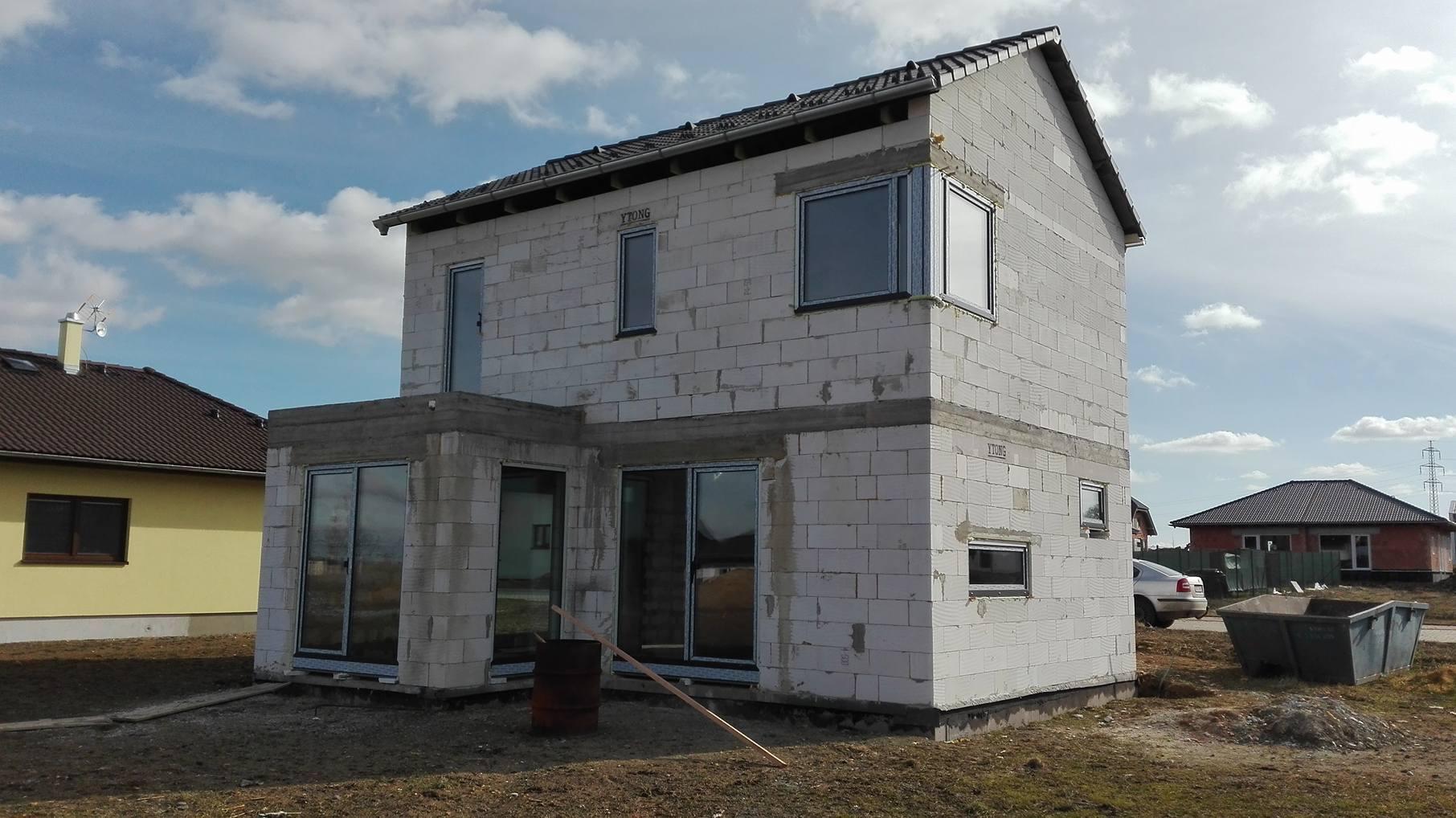 Stavba domu na kraji Prahy - Pohled na jedno z rohových oken, které jsem si do domu zvolila.