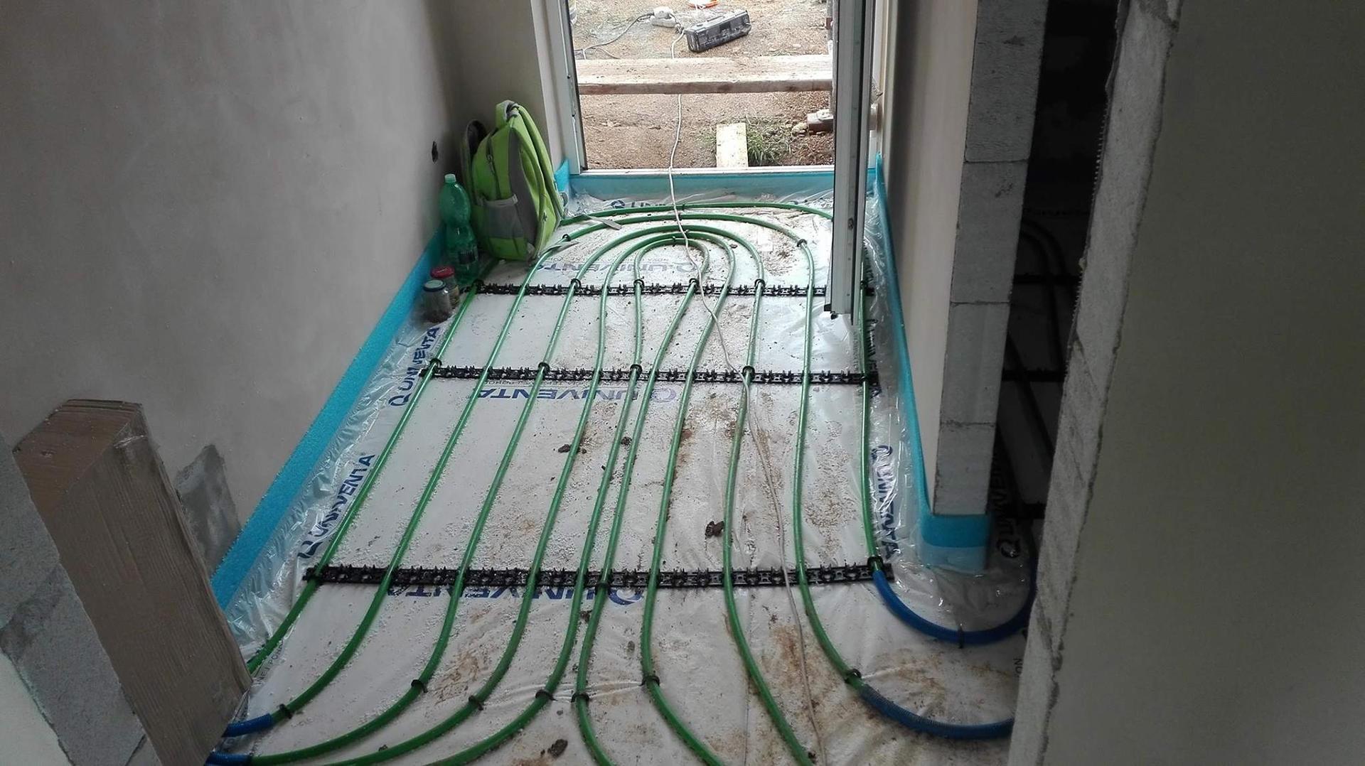 Stavba domu na kraji Prahy - Začínají intenzivní práce uvnitř domu. Pokládá se podlahové topení, aby nás v zimě nezábly nohy. I ve vstupní chodbičce budeme mít vyhřívání.