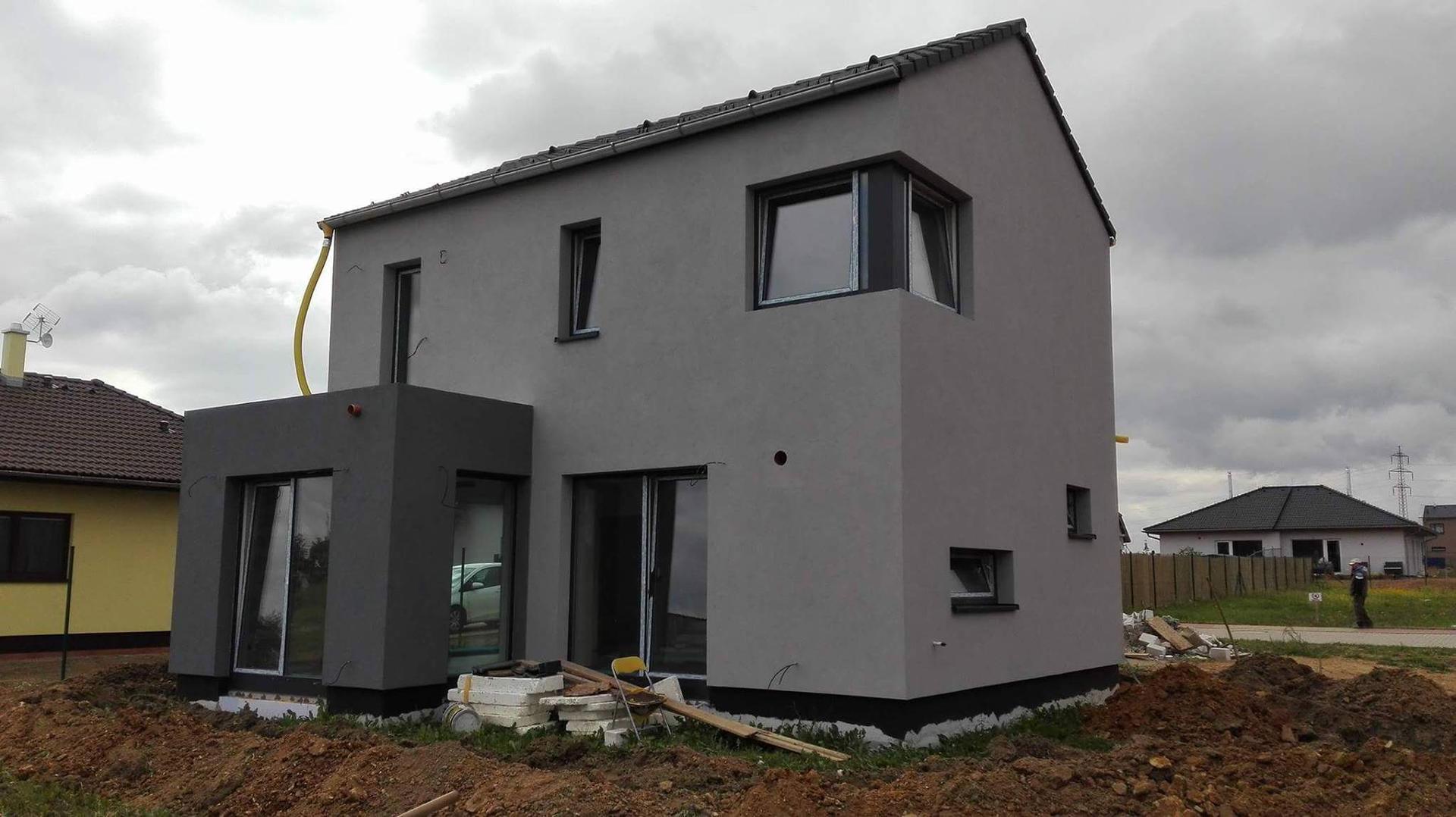 Stavba domu na kraji Prahy - Fasáda finálně hotová. :)