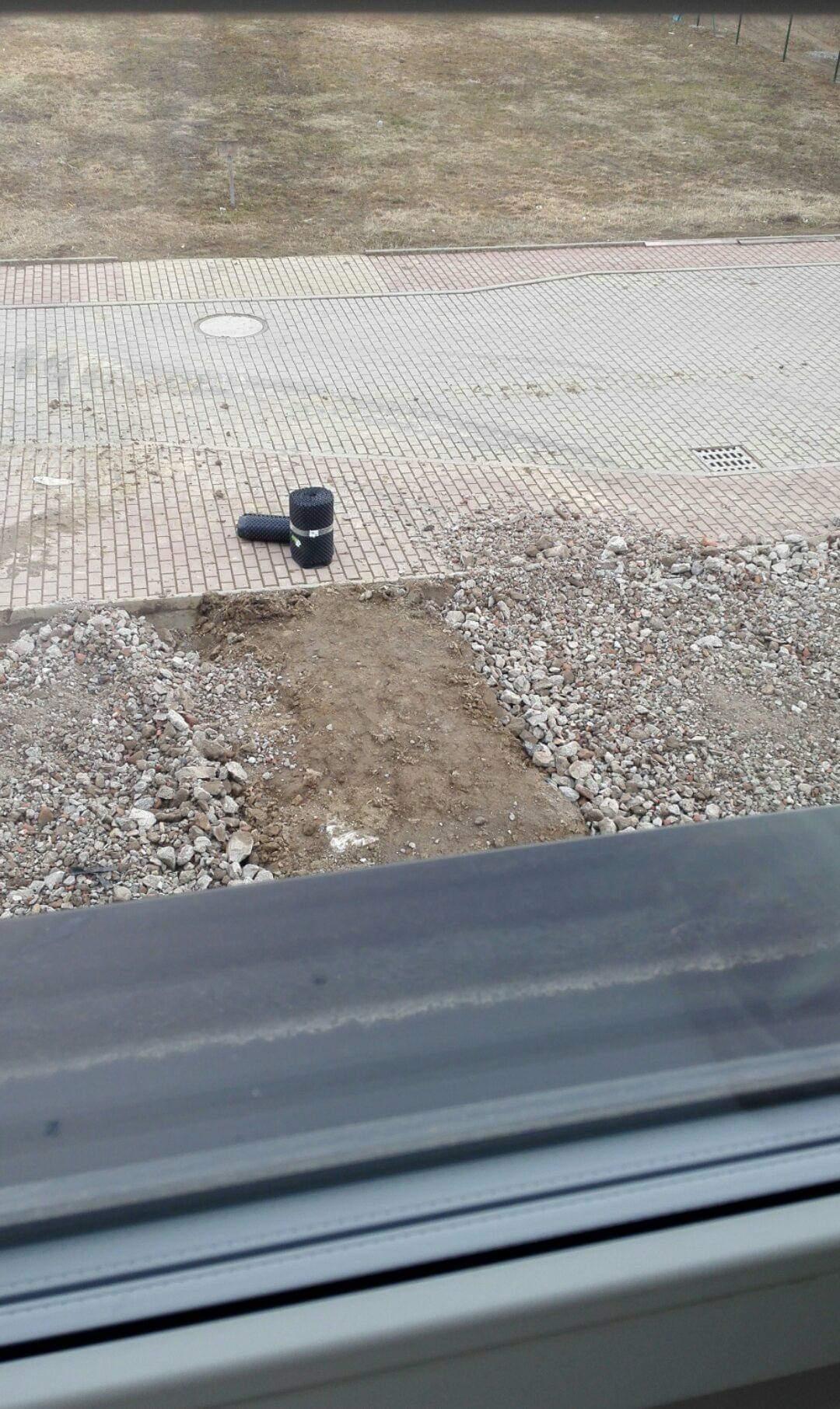 Zahrada na klíč - Drť již navezena. Bude použita především pro stání na auta, aby mělo dobrý základ.