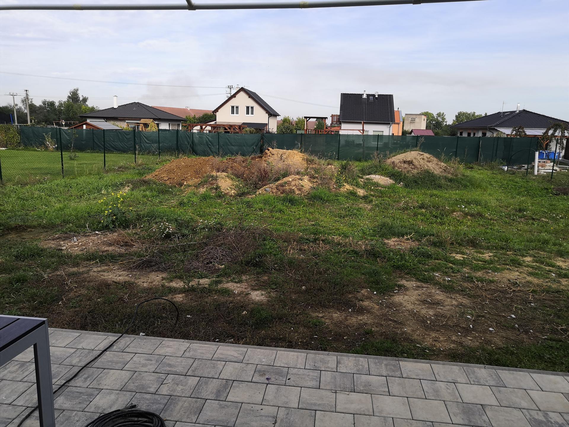 Zahrada na klíč - Stav před úpravou terénu a kopáním jámy na budoucí koupací jezírko.