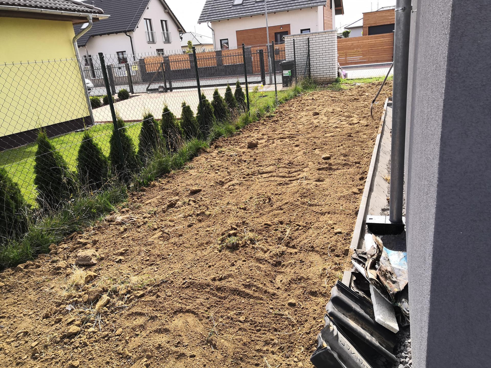 Zahrada na klíč - Náš kamarád nám provedl první hrubé srovnání terénu a vykopal díru na koupací jezírko.