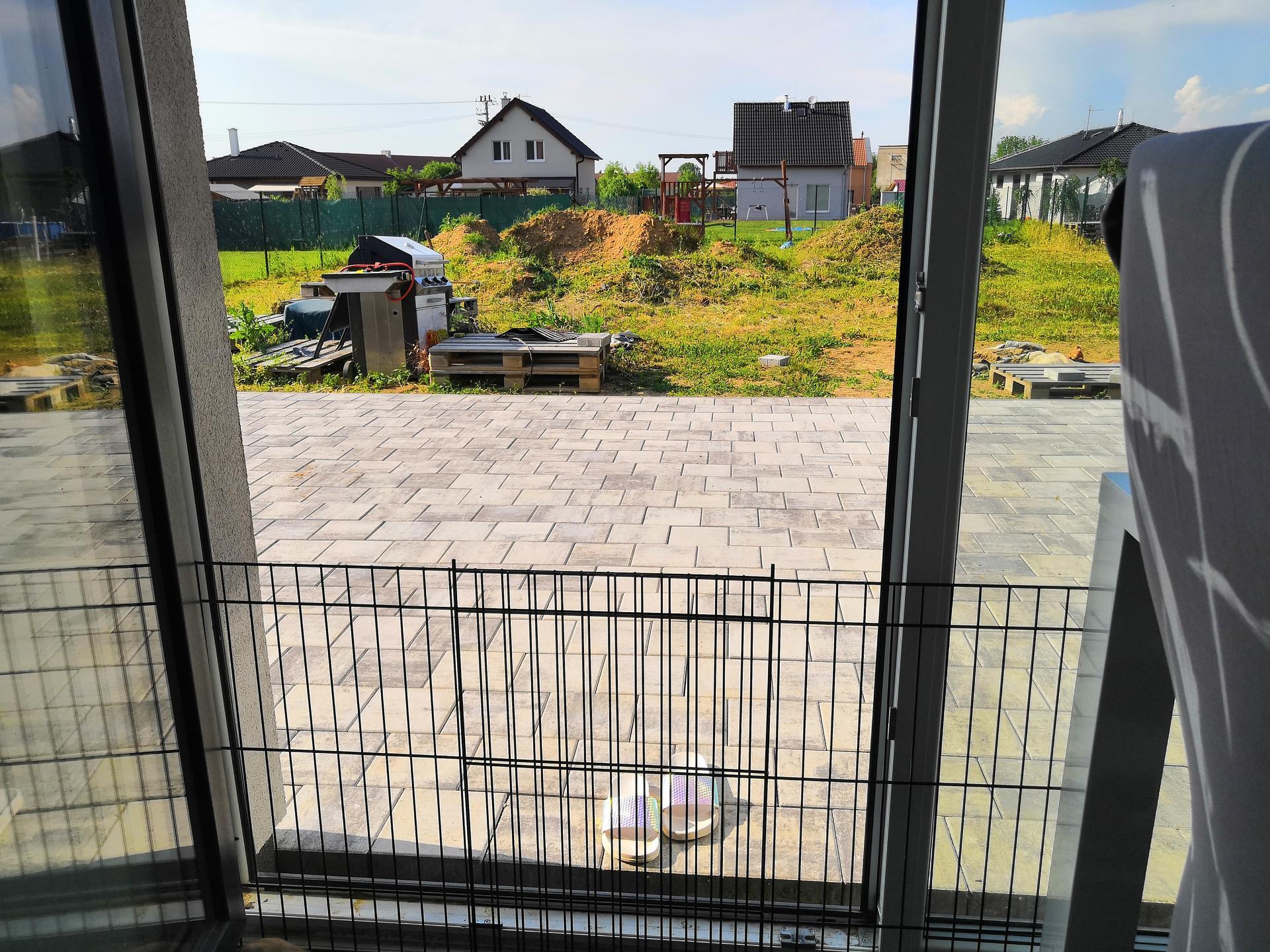Zahrada na klíč - Konečně po 1,5 roce jsme se dočkali terasy a nemusíme vycházet na hrubý štěrk. Jistě to ocenili i naši dva hafani.