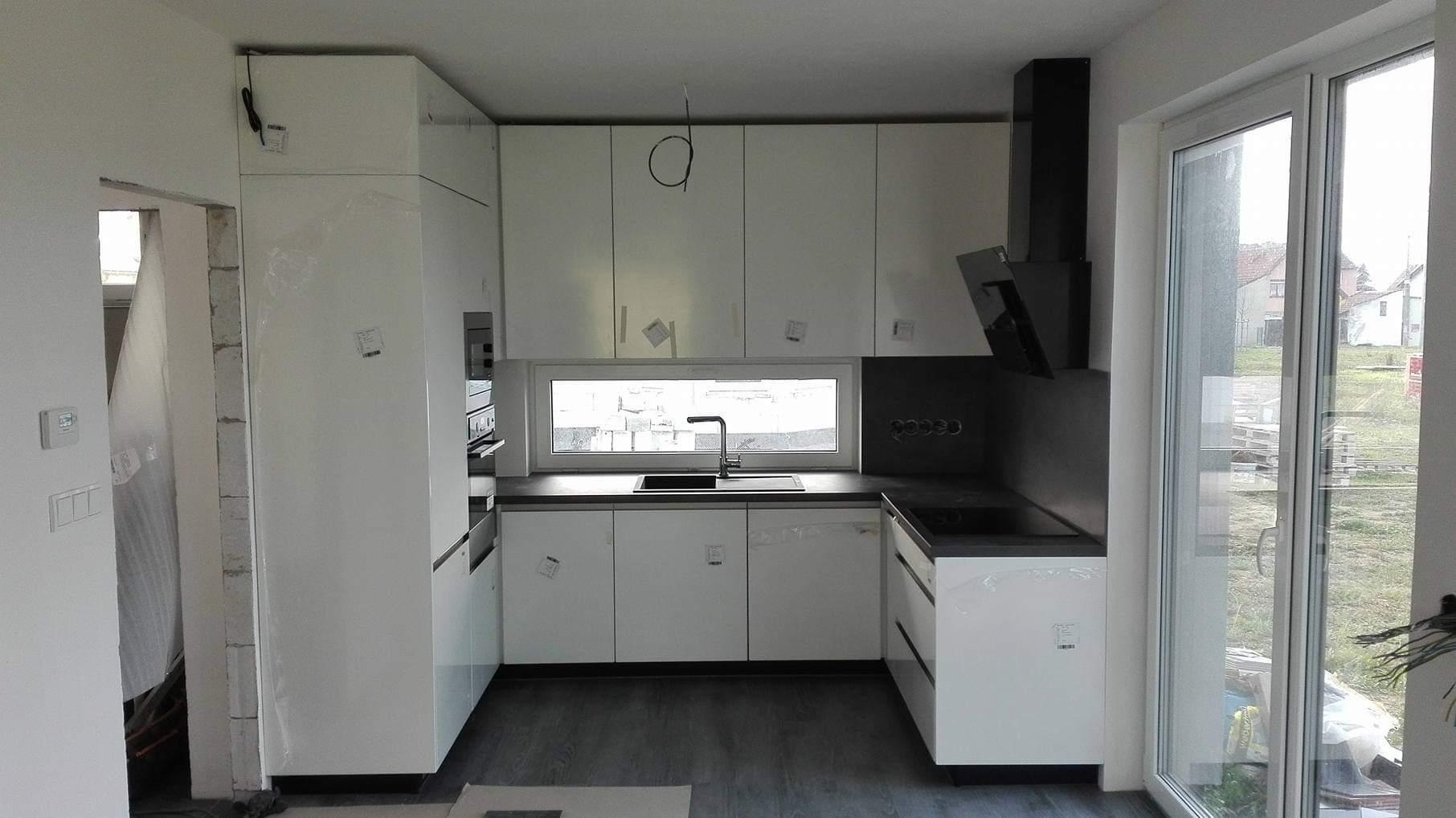 Stavba domu na kraji Prahy - Kuchyně instalována. Ještě chybí zásuvky, slepení ochranných fólií a bude hotovo.