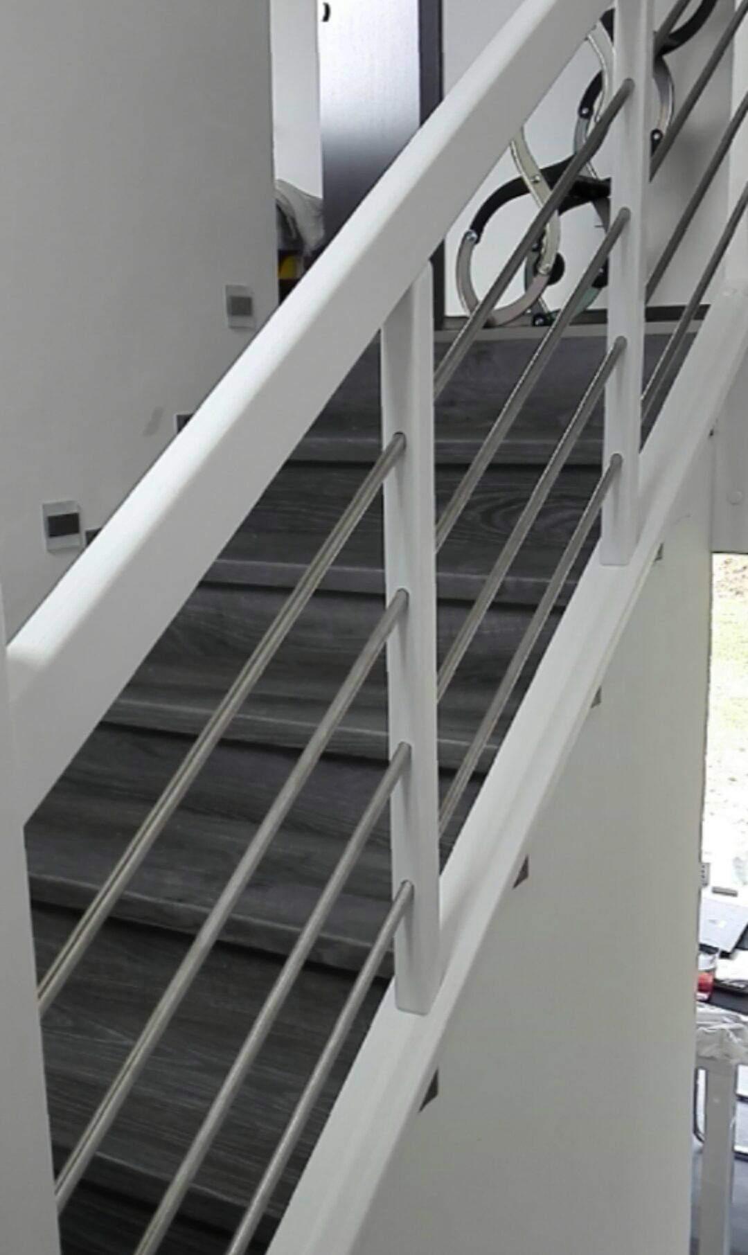 Stavba domu na kraji Prahy - Schodišťové zábradlí instalováno a schody jsou potaženy vinylem. Nejdříve jsem ze zábradlí byla nesvá, poté jsem si zvykla.
