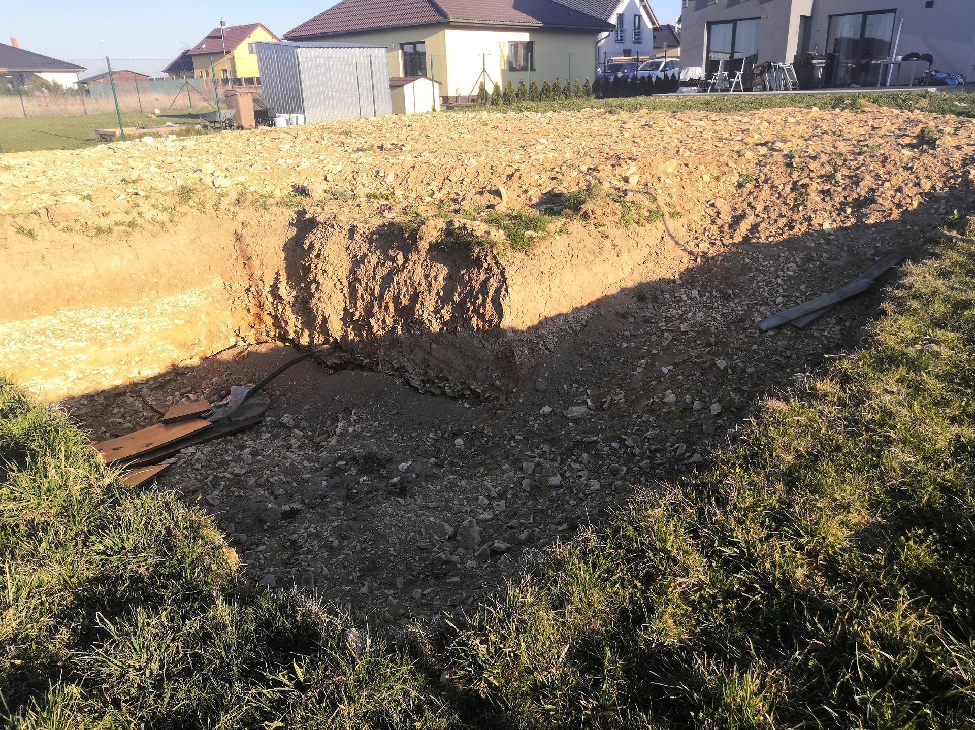 Zahrada na klíč - Vykopaná díra na bio bazén již připravena. Kopání probíhalo náhodně, dle naše budoucího plánu, ještě před celým návrhem zahrady. Plán zahrady se pak přizpůsoboval již vykopané jámě.