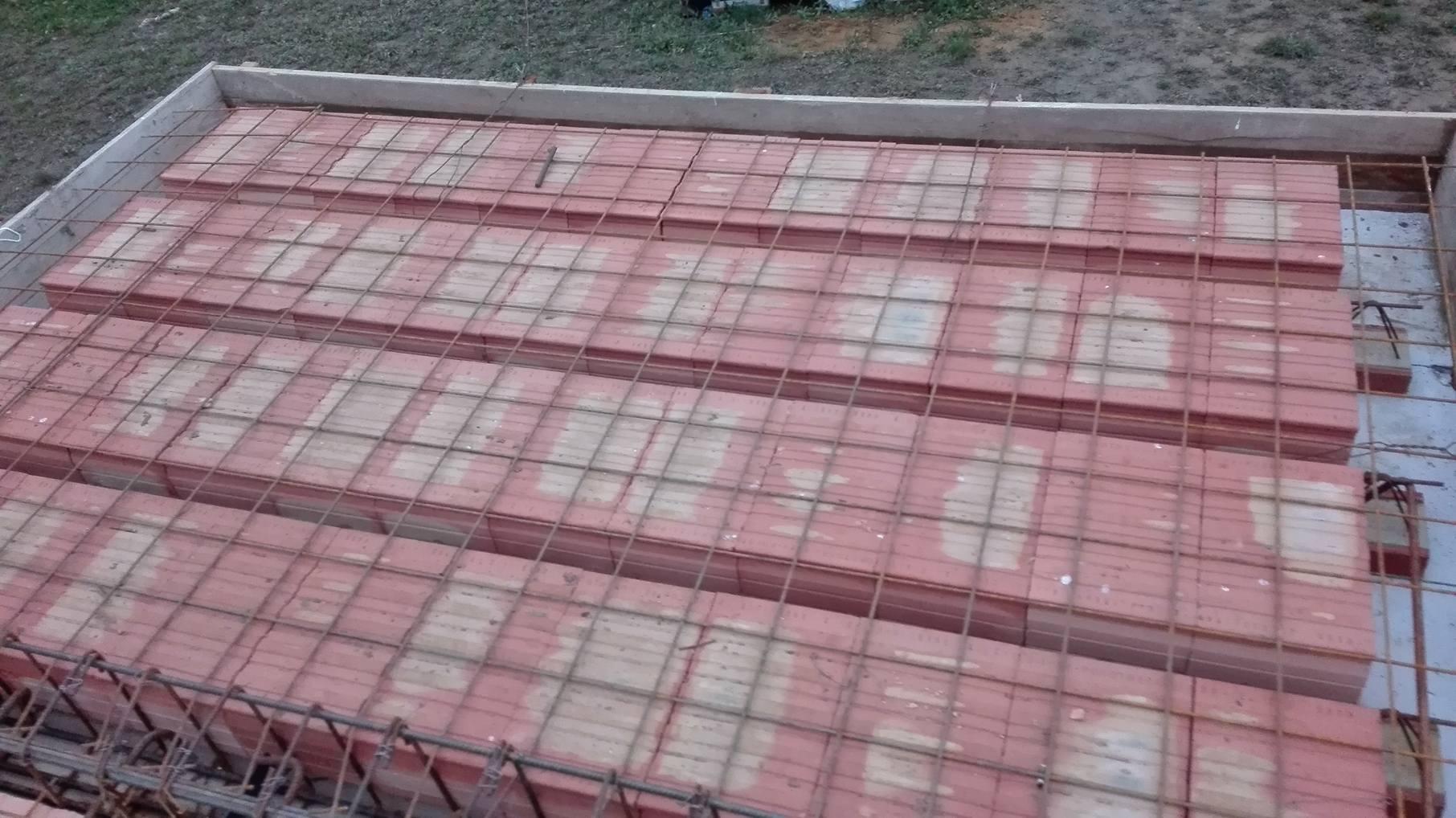 Stavba domu na kraji Prahy - Pořádně vyztužená základová deska prvního patra je základ.
