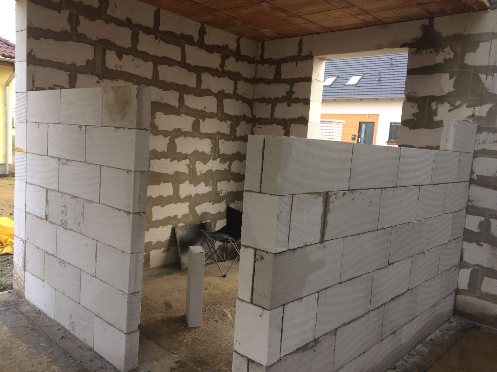 Stavba domu na kraji Prahy - Vnitřní stěny začínají růst. Budoucí pracovna se rýsuje.