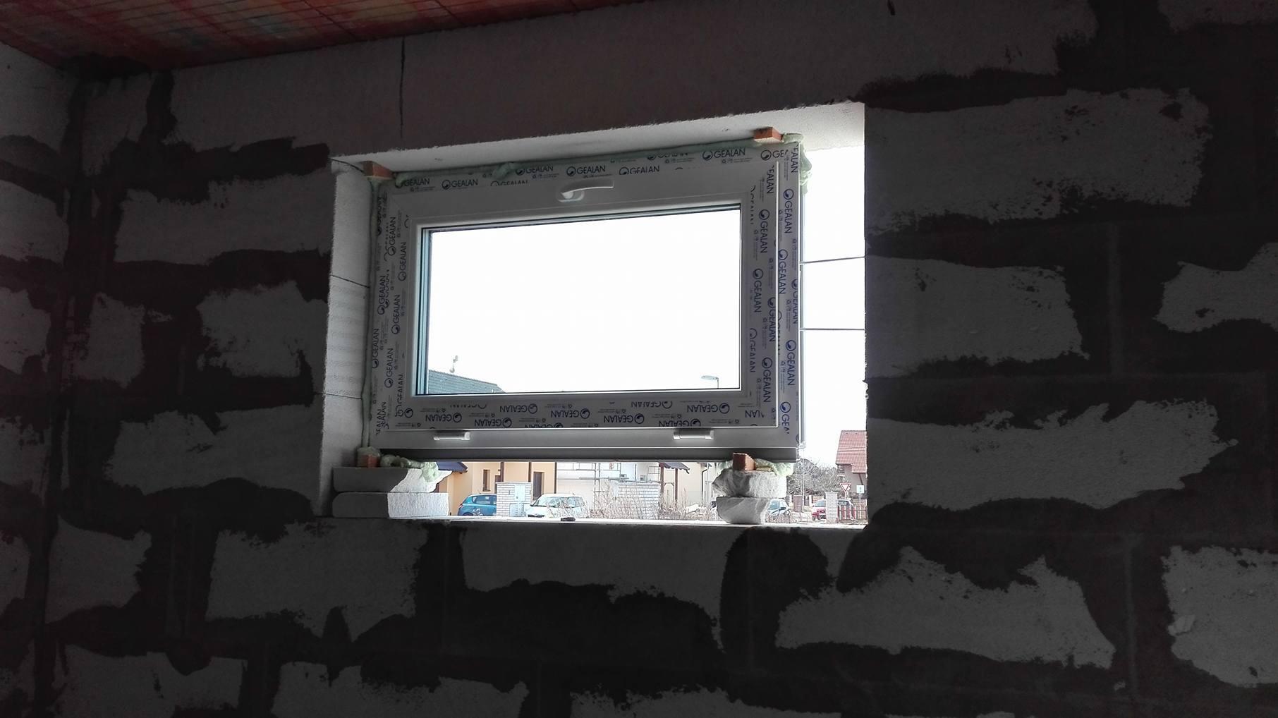 Stavba domu na kraji Prahy - Okna jsou již na svém místě, avšak koupelnové okno je trošku menší, než se plánovalo. No nic, je potřeba dodělat ytong a bude to sedět.