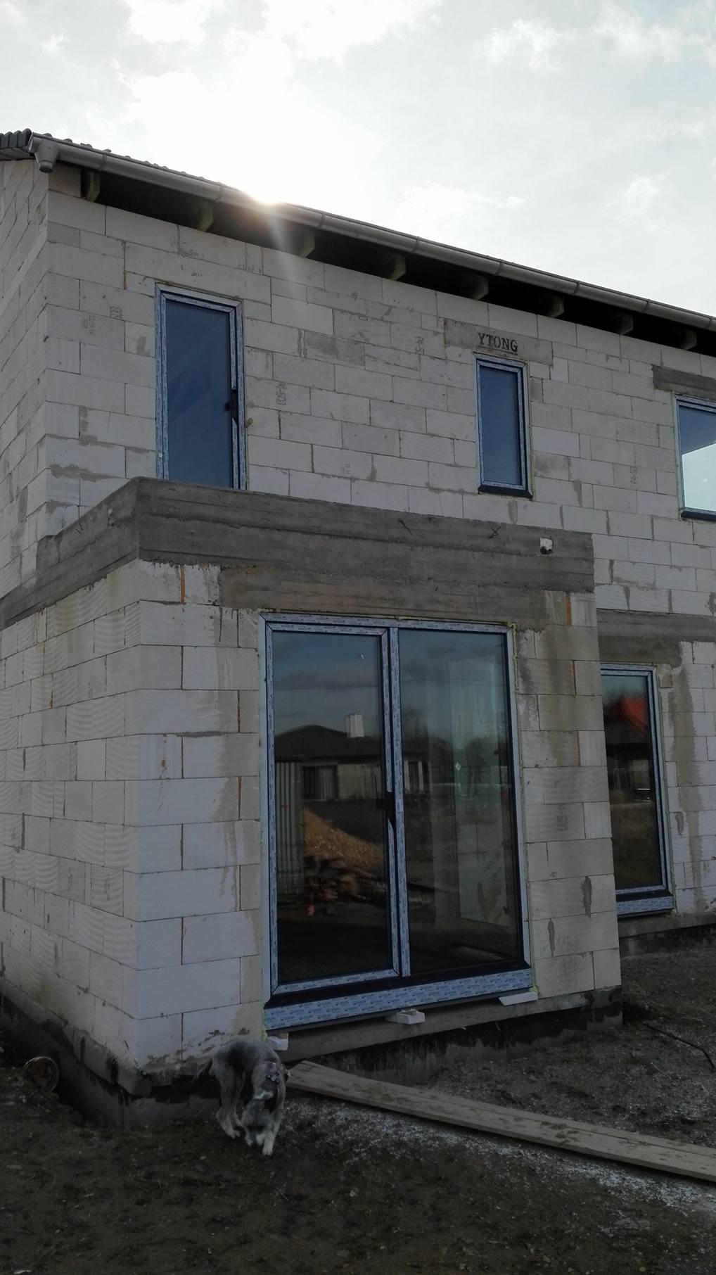 Stavba domu na kraji Prahy - Francouzská obývací okna jsou na svém místě.