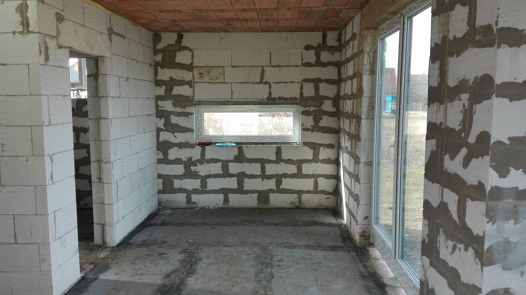 Stavba domu na kraji Prahy - Kuchyňské okno bylo velmi důležité. Pro budoucí pracovní desku totiž mělo navazovat bez parapetu. Bylo tedy nutné stále měření.