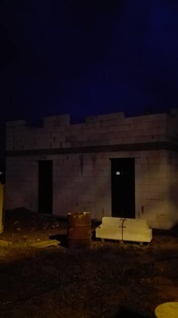 Stavba domu na kraji Prahy - Večerní kontrola stavby.