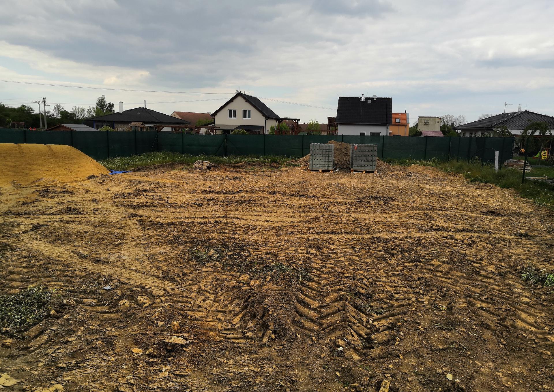 Zahrada na klíč - 15.5.2020 Velká tatra přivezla písek pro betonování bio bazénu a přípravy uvnitř díry můžou začít.