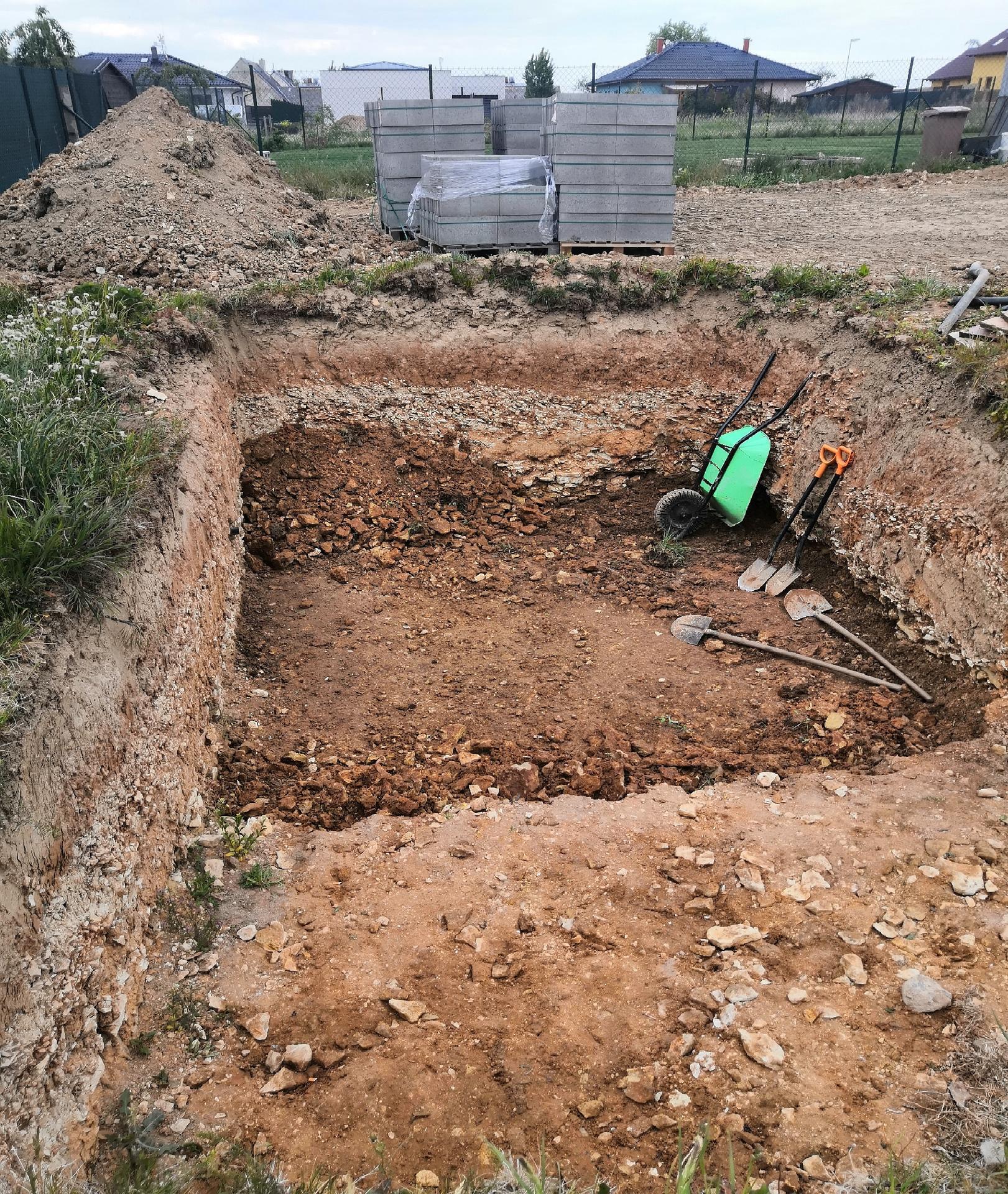 Zahrada na klíč - 15.5.2020 Dělníci si připravují základ, aby mohlo nastoupit betonování a stavění ztraceného bednění.