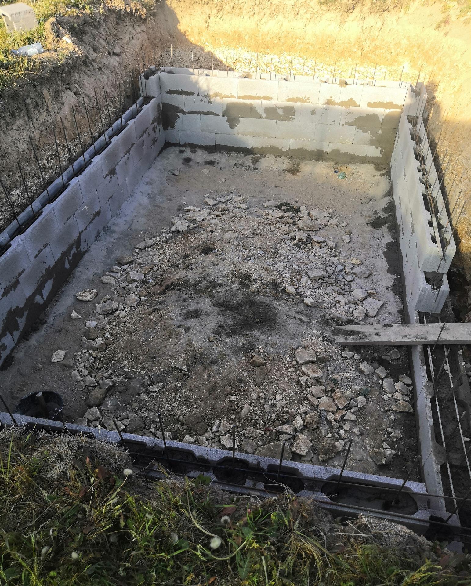 Zahrada na klíč - 18.5.2020 Ztracené bednění roste a bio bazén začíná pomalu ale jistě dostávat tvar
