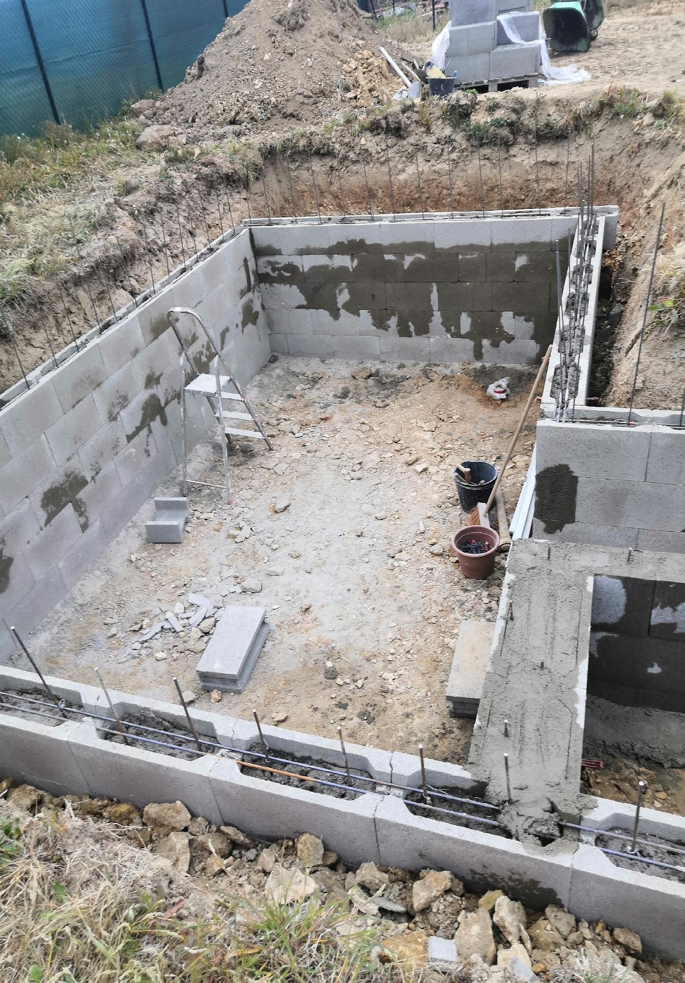 Zahrada na klíč - 20.5.2020 Pokračování ve stavbě stěn a schodů do bio bazénu + odpočinkové zóny.