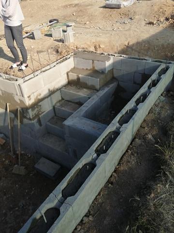 Zahrada na klíč - 27.5.2020 Hotové schody a začíná se zdít prostor pro filtraci.