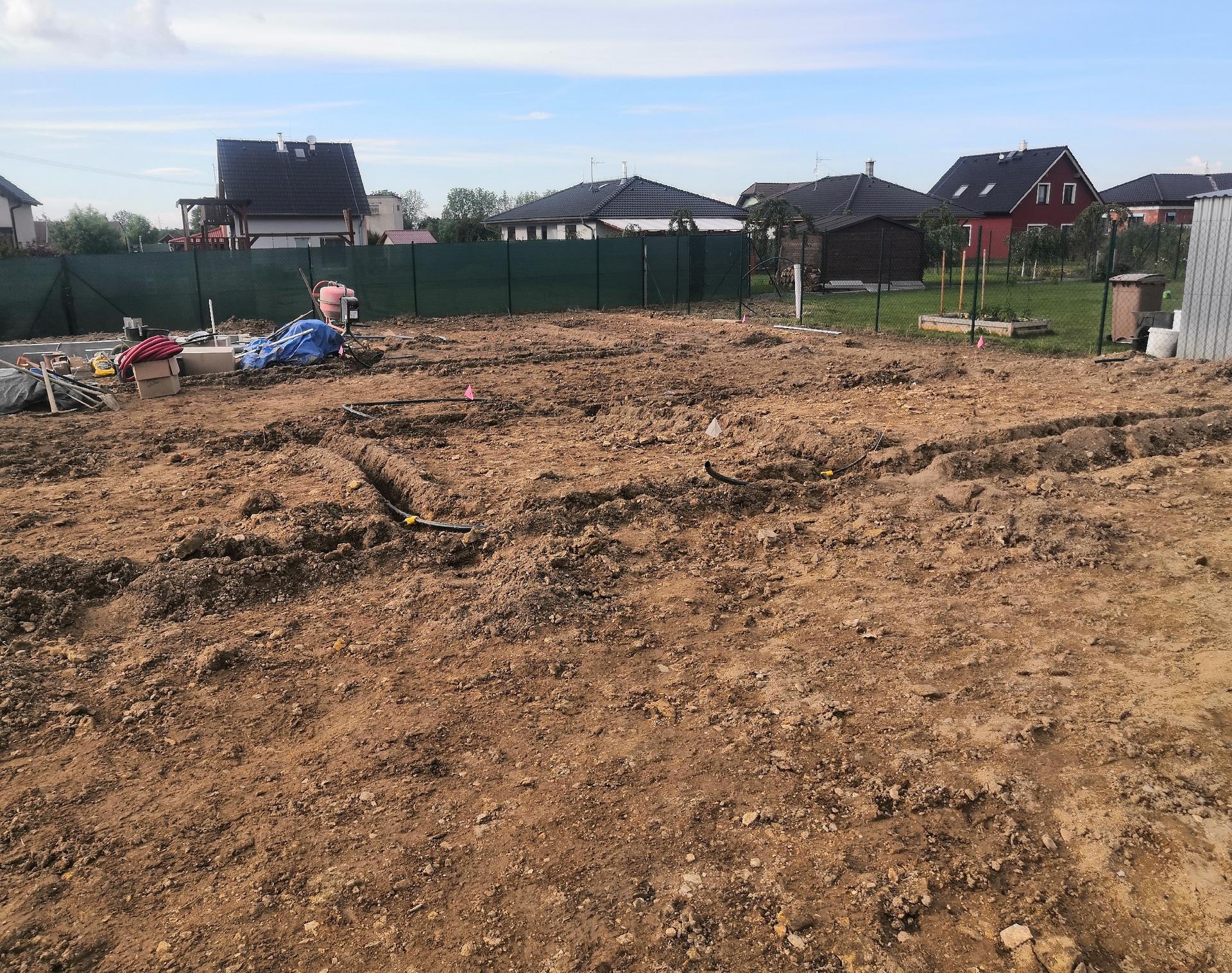Zahrada na klíč - 11.6.2020 Díry pro zavlažování jsou již připraveny a trubky se mohou začít natahovat. Vše nám stále komplikují deště, díky kterým je pozemek stále promáčený.