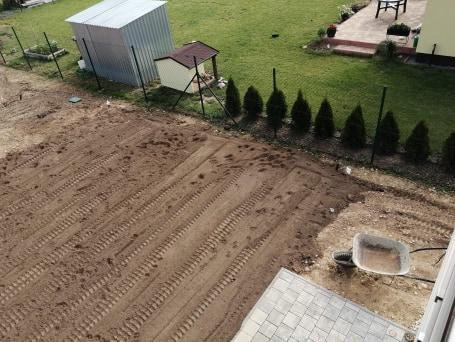 Zahrada na klíč - 23.6.2020 Nová hlína je navezena a postupně se začala rozmísťovat malým bagříkem.