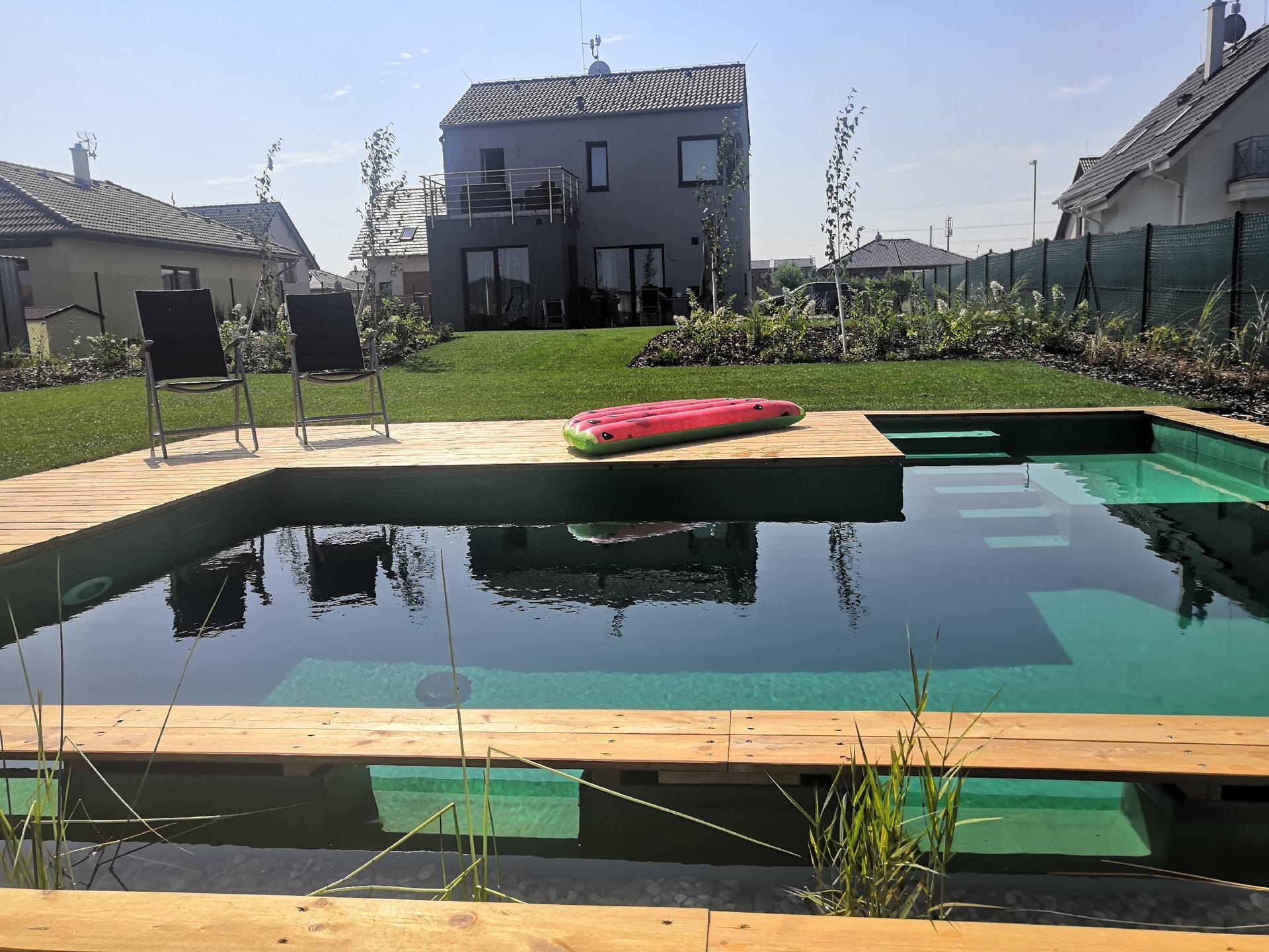 Zahrada na klíč - 30.7.2020 Bio bazén - filtrační systém UV světla, který ničí bakterie. Technická místnost je schovaná pod dřevěnou terasou. Kytičky v tak malém množství nejsou schopny celý objem vyčistit. Vše je bez chemie.