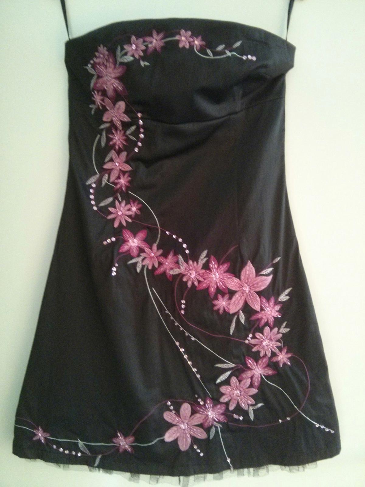 Čierne šaty s výraznými ružovými kvetmi - Obrázok č. 2