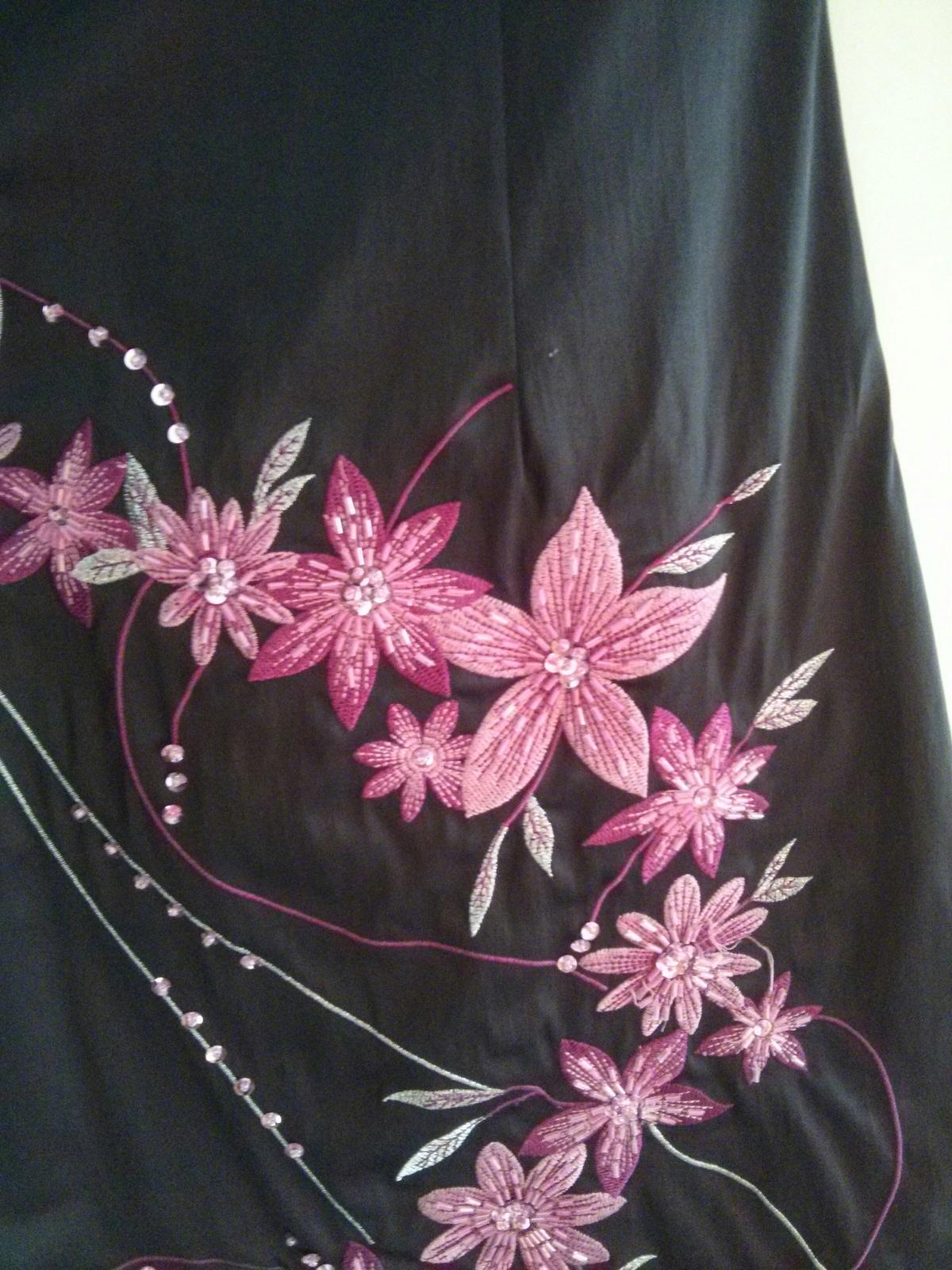 Čierne šaty s výraznými ružovými kvetmi - Obrázok č. 3