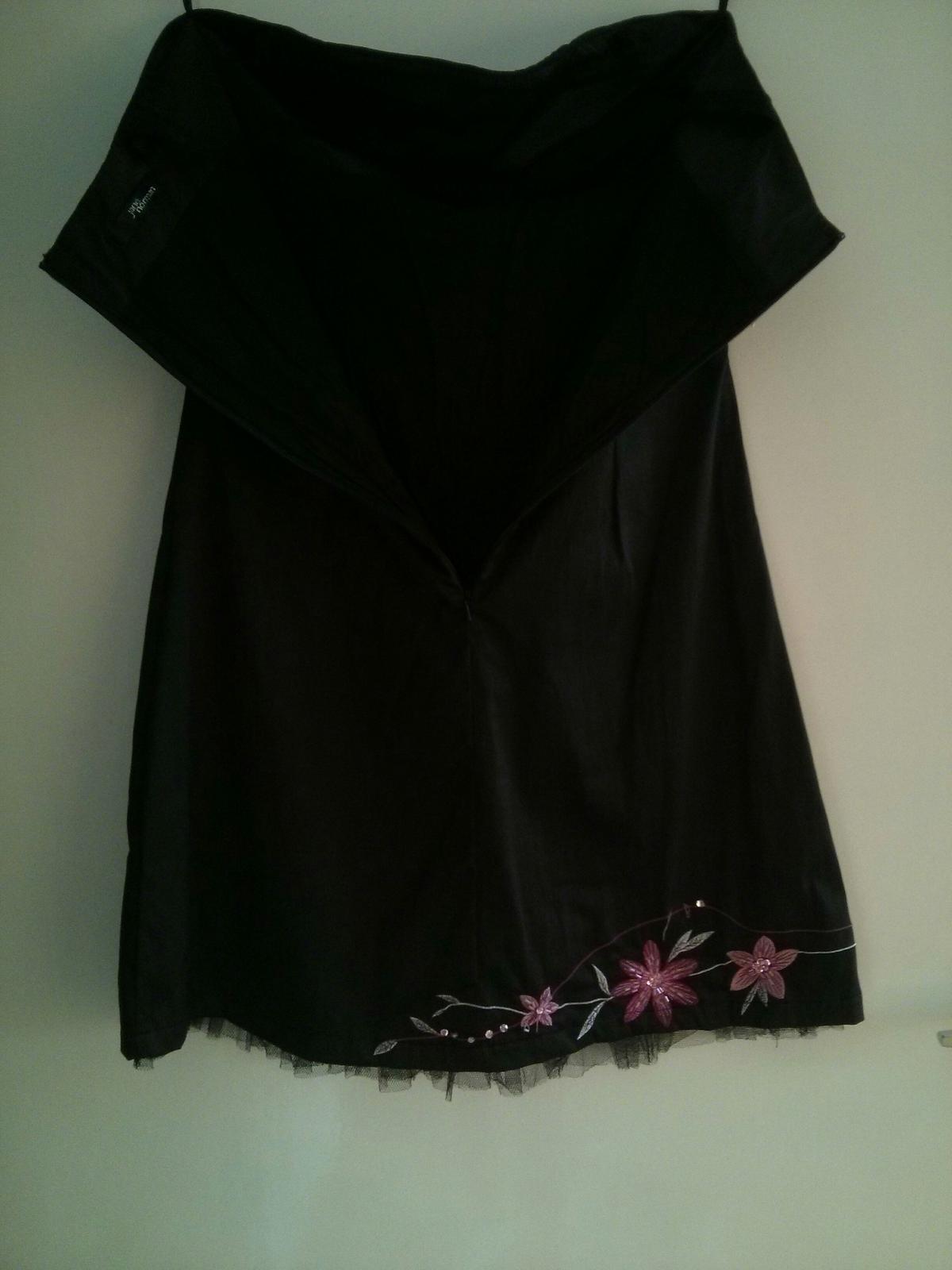 Čierne šaty s výraznými ružovými kvetmi - Obrázok č. 4