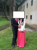 lososové šaty s bohatou sukňou,
