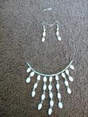 Bílý náhrdelník a náušnice ,