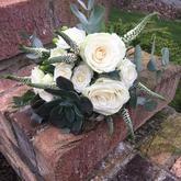 Bílá svatební kytice s netřeskem