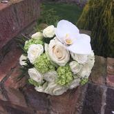 Bílá svatební kytice s růžemi