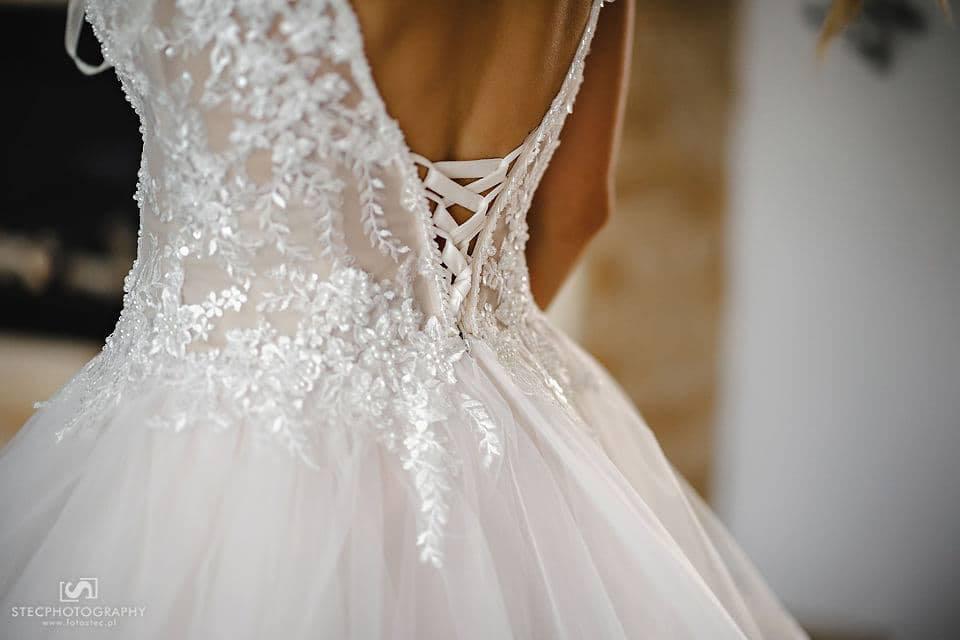 Neobyčajné svadobné šaty s odhaleným chrbtom - Obrázok č. 1