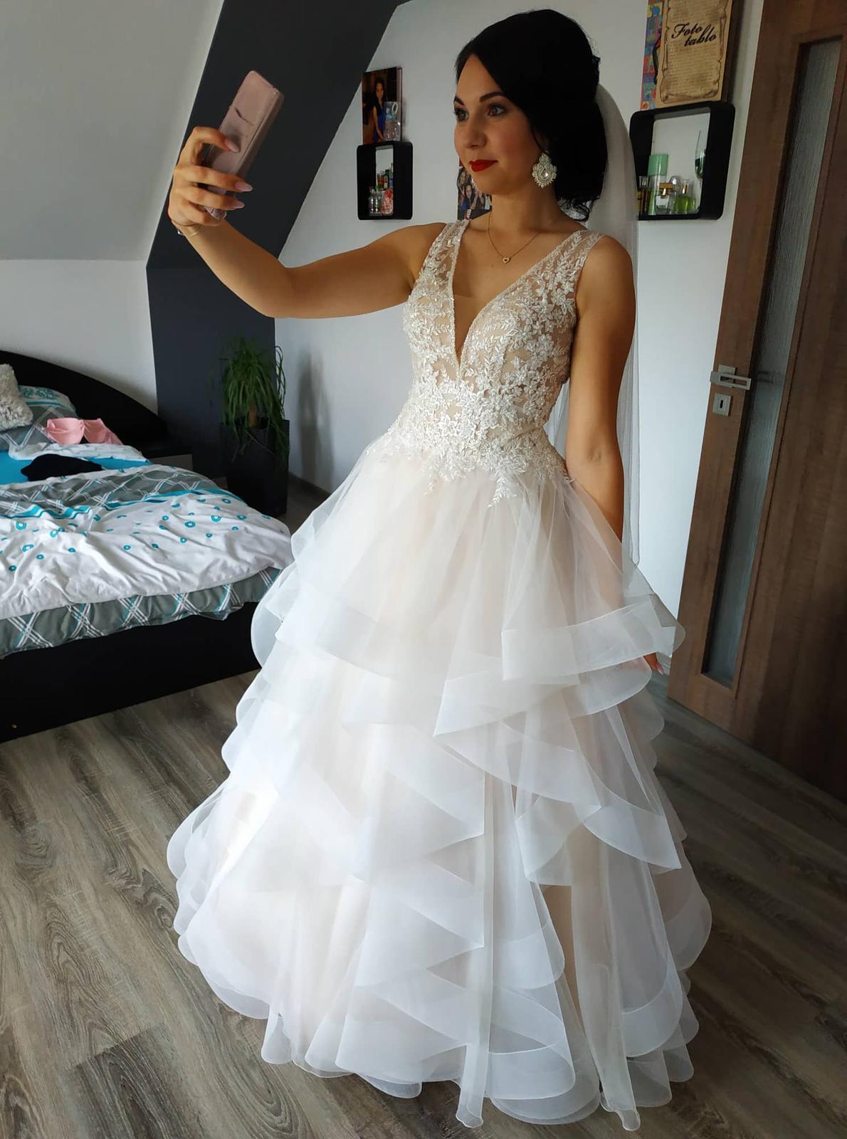 Neobyčajné svadobné šaty s odhaleným chrbtom - Obrázok č. 2