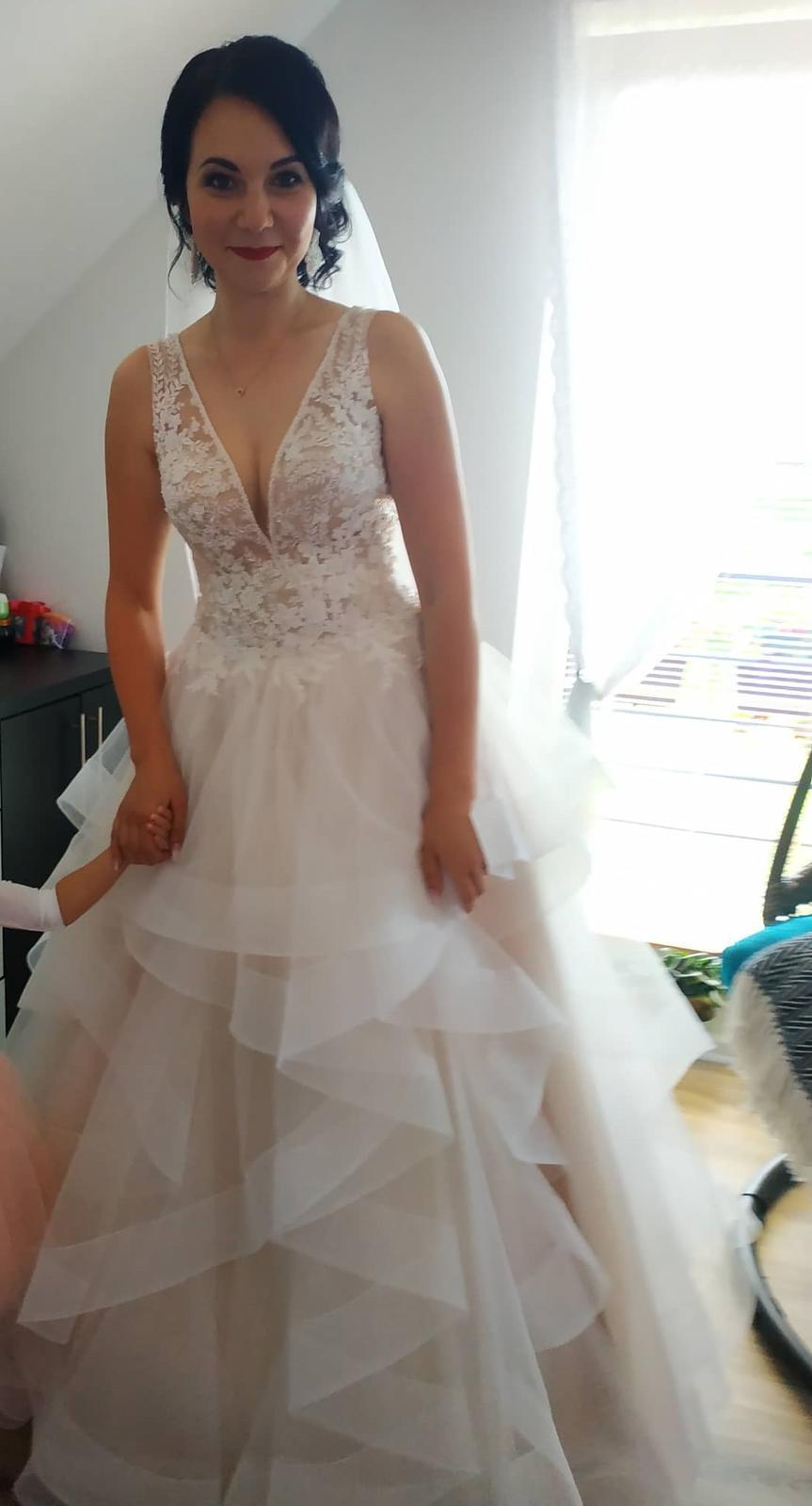 Neobyčajné svadobné šaty s odhaleným chrbtom - Obrázok č. 3