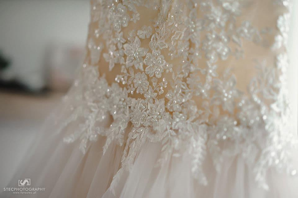 Neobyčajné svadobné šaty s odhaleným chrbtom - Obrázok č. 4