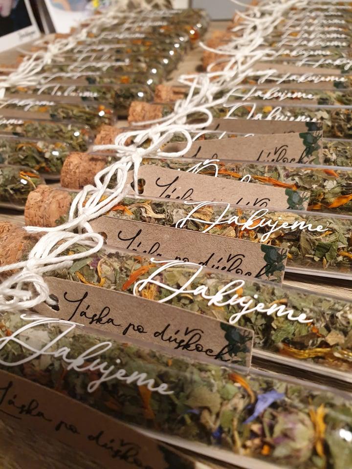 Prípravy S a M :) - Darčeky pre hostí budeme mať skúmavky plnené sušeným čajíkom :)