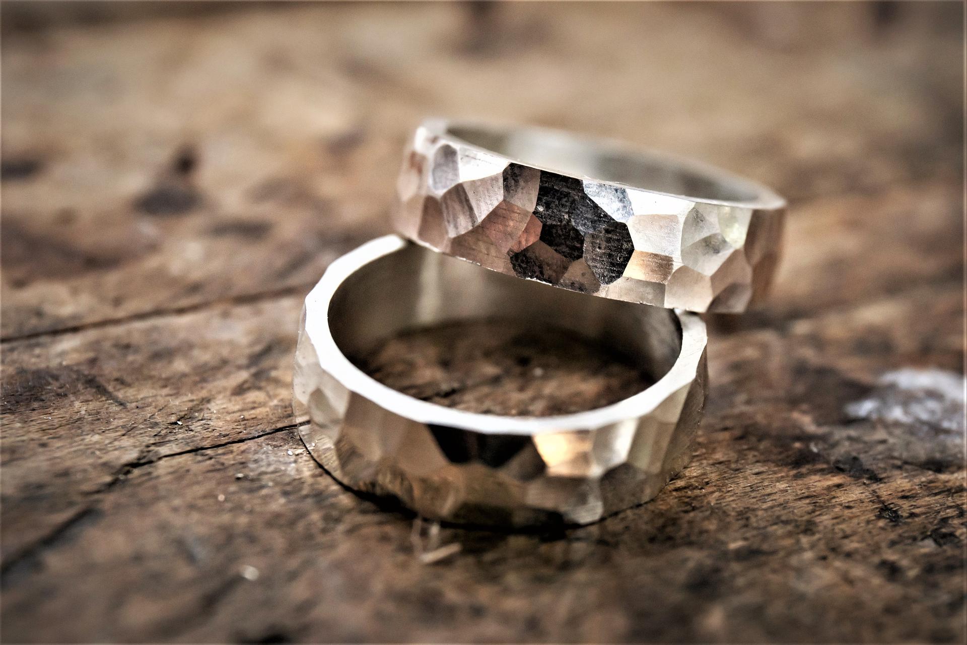 Jak vznikají kované snubní prsteny v rodinném atelieru DALOO - HOTOVÉ PRSTÝNKY - Kování snubních prstenů  v rodinném šperkařském atelieru DALOO https://daloo.cz/snubni-prsteny/snubni-prsteny-struktur.html