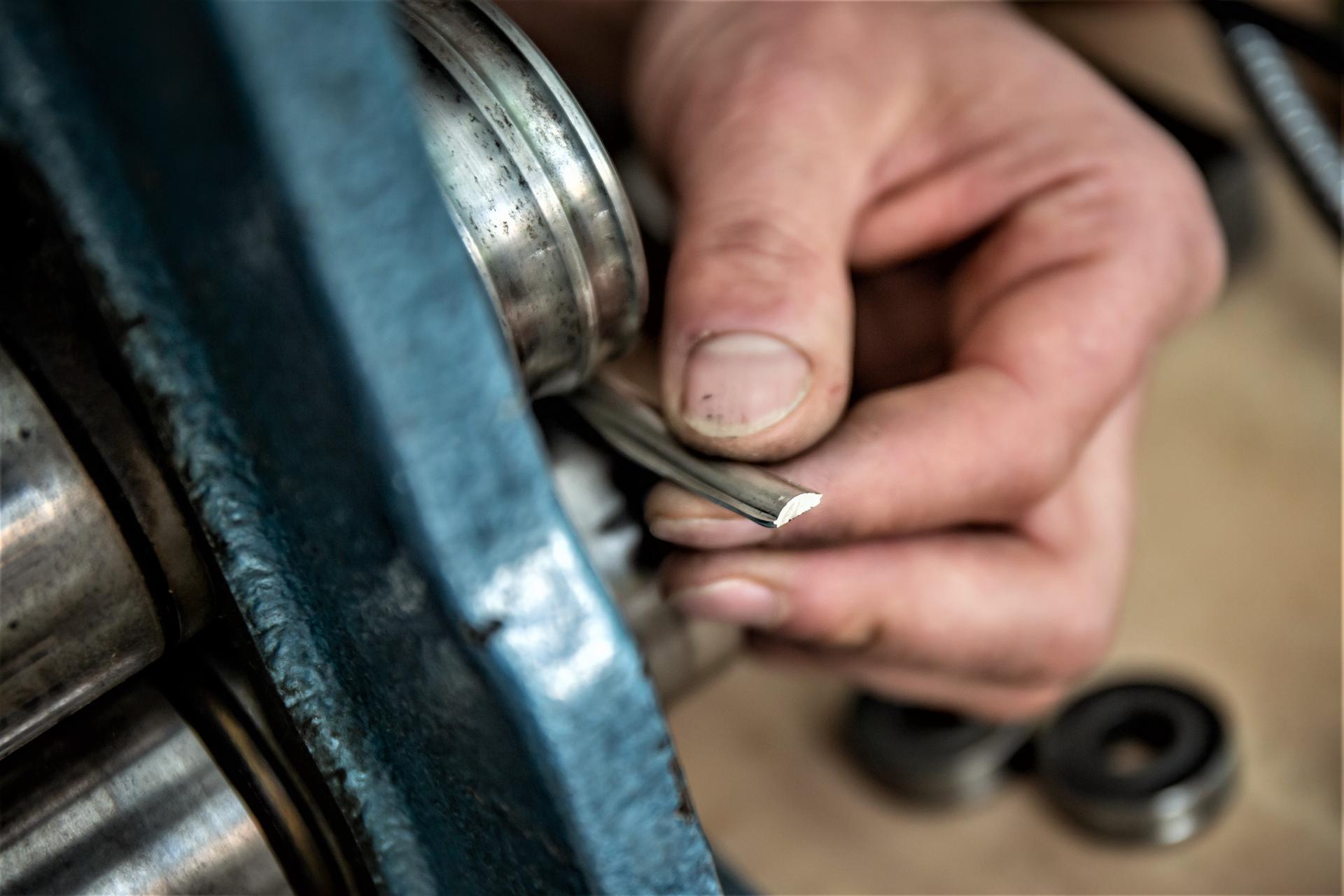 Jak vznikají kované snubní prsteny v rodinném atelieru DALOO - VÁLCOVÁNÍ -Kování snubních prstenů  v rodinném šperkařském atelieru DALOO https://daloo.cz/snubni-prsteny/snubni-prsteny-struktur.html