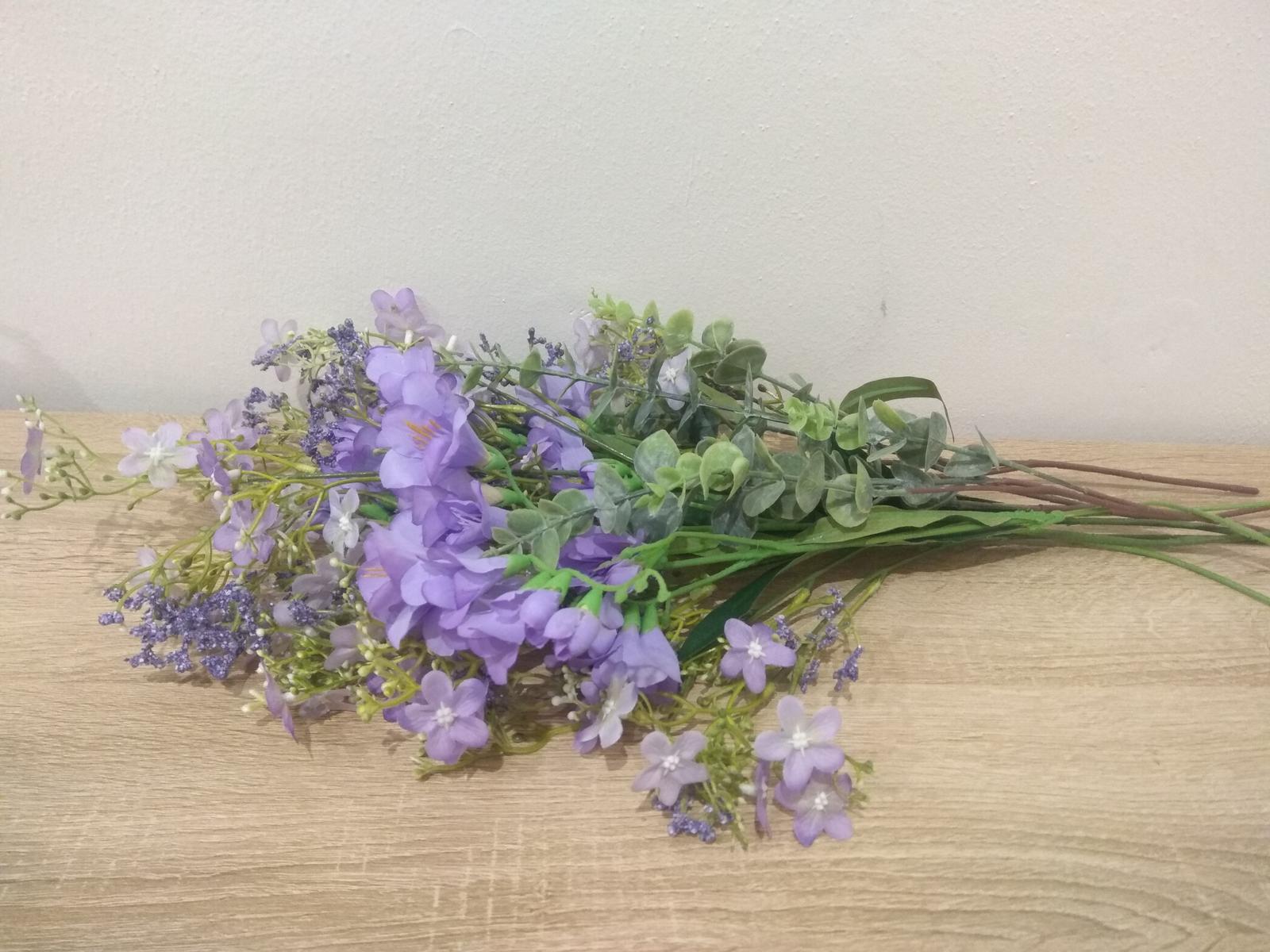 Světle fialové umělé květiny - Obrázek č. 1