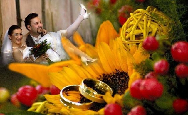Radka{{_AND_}}Riško - Tu vidieť aj moju svadobnú kytičku a naše obrúčky.