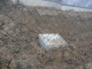 žumpa na svojom mieste a už aj zakopaná (ešte v starom roku)