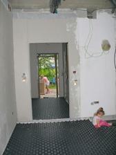 pohľad z obývačky na vchodové dvere