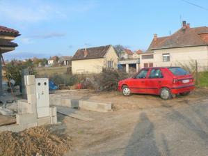 kamarát zaparkoval rovno do garáže:-) tam bude garaž:-)