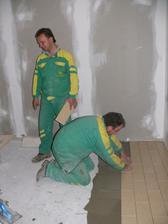 a manžel uložil dlažbu v  ďalšej izbe. Už zastávajú len chodby, obývačka a WC:-)