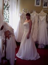 šaty č. 2 a ty jsem si nakonec vybrala jen v bílé