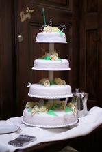 tento dortík,ale s červenými růžičkami by měl stát na svatebním stole
